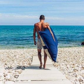 cuscini galleggianti pomodone spiaggia uomo